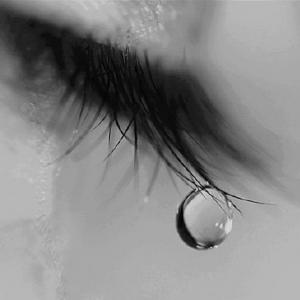 Imagem de Luto com olho chorando e gota de lagrima na ponta dos cílios 300x300